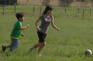 Kezia dan Marco main bola di halaman The Ranch