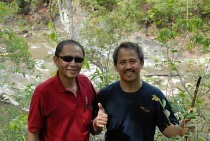 Armein dan Joko di sungai sumber air