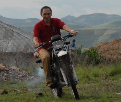Motorcrossing di halaman SD desa