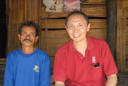 Duduk dengan pemilik rumah (seluruhnya dibuat dari bambu) di terasnya.