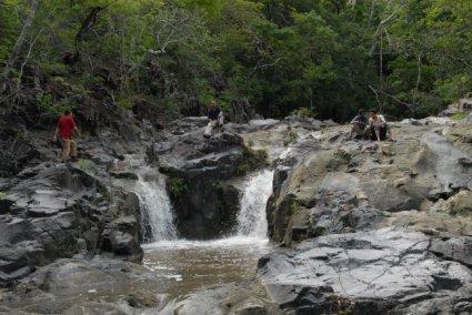 Sumber air dari sungai di dasar lembah yang perlu dipompa ke atas.