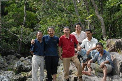 Tim bergembira menemukan aliran sungai