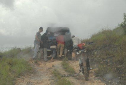 Begitu hujan, jalan langsung licin dan mobil harus di dorong.